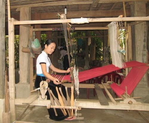 Cô gái Thái dệt thổ cẩm ở bản Lác - Mai Châu