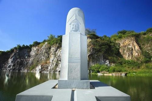 Tượng linga trên lòng hồ Thoại Sơn