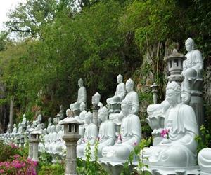 Vườn tượng ở khu du lịch chùa Hang Hà Tiên
