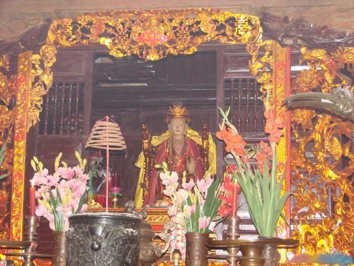 Bên trong đền Quốc Mẫu Âu Cơ Phú Thọ