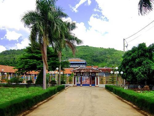 Nhà Lớn Long Sơn - lối vào khu di tích